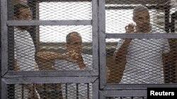 Журналісти «Аль-Джазіри» (зліва направо) Бахер Мухаммад, Пітер Ґріст і Мохамед Фахмі у залі суду, Каїр, 1 червня 2014 року