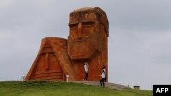 Qarabağda erməni rejiminin özünə simvol seçdiyi «Nənə və baba» heykəli. Bu heykəl Xankəndi yaxınlığında 1967-ci ildə ucaldılıb.