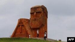 Неофициальный символ Нагорного Карабаха - монумент «Мы - наши горы»