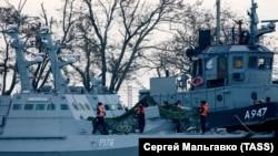 Два з трьох кораблів Військово-морських сил України артилерійський катер «Нікополь» і рейдовий буксир «Яни Капу» (зліва направо), відбуксирували в міський порт Керчі. Крим, Керч, 26 листопада 2018