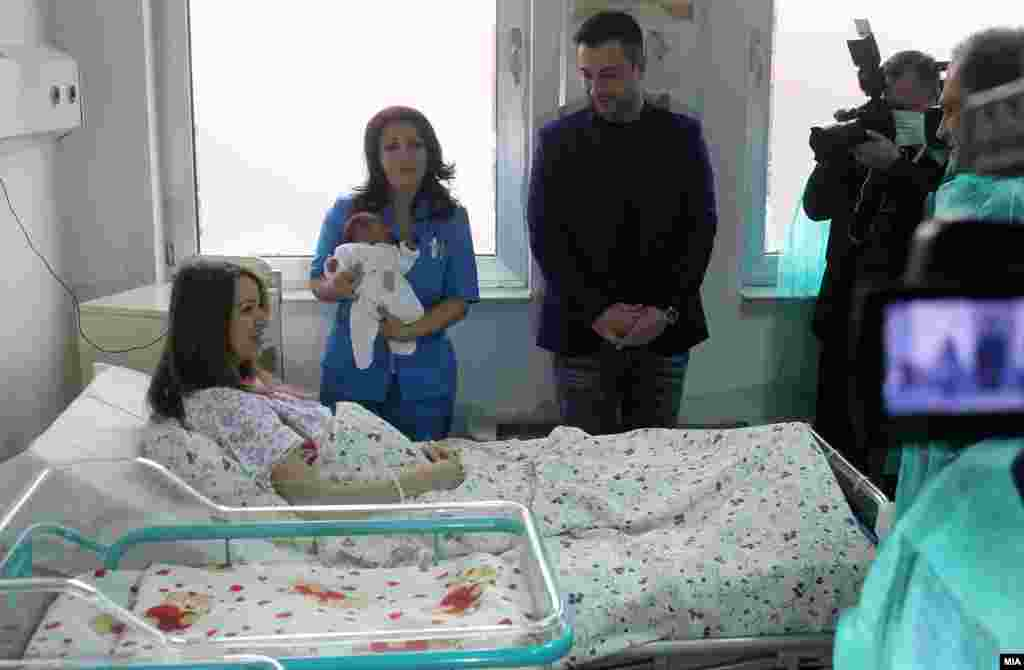 МАКЕДОНИЈА - Теодора е првото бебе во новата 2018 година. Родена е во 00.01 часот, со родилна тежина 3070 грама и должина 49 см. Традиционално, бебето и мајката ги посетија градоначалникот на Град Скопје Петре Шилегов, министерот за здравство Венко Филипче и министерката за труд и социјална политика, Мила Царовска.
