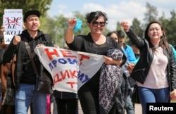 """""""Диктатураның билеп-төстеуіне жол жоқ!"""" деген жазу ұстаған адамдар. Алматы, 1 мамыр 2019 жыл."""