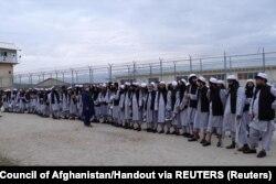 Щойно звільнені в'язні-таліби біля тюрми поблизу Баграма неподалік Кабулу. 11 квітня 2020 року