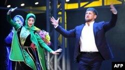 Шешенстан президенті Рамзан Қадыров туған күніне арналған салтанатты жиында сахнада билеп тұр. Грозный, 5 қазан 2012 жыл
