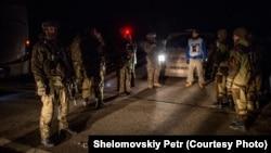 Представник ОБСЄ посередині між українськими військовими і бойовиками на місці обміну полоненими