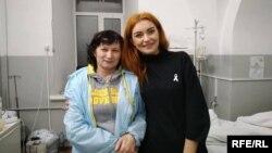 Тетяна Грубенюк (праворуч) з мамою одного із поранених бійців, Головний військовий клінічнийгоспіталь, Київ