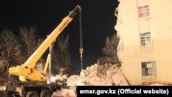 У обрушившейся части здания общежития по улице Титова в городе Кызылорде. Кызылорда, 1 марта 2018 года.