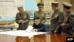 Հյուսիսային Կորեայի առաջնորդ Քիմ Ջոնգ Ունը խորհրդակցություն է անցկացնում զինված ուժերի հրամանատարության հետ, մարտ, 2013թ.