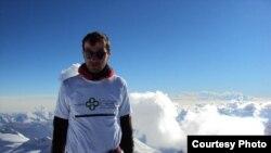 Дато на покоренной им вершине Гергети на высоте 4500 метров