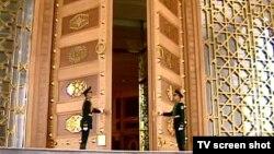 Prezident köşgi. Aşgabat, 16-njy 2011 ý.