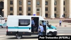 Полицейская машина на площади Астана (Старой площади). Алматы, 9 июня 2019 года.