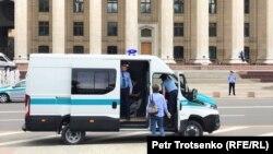 Алматыдағы ескі алаңда тұрған полиция көлігі.