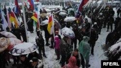 Первый отклик в республике – пикет в знак протеста против общения осетин с Патриархом у здания Югоосетинского университета