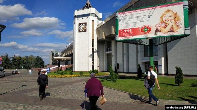 Туристов на Гродненской вокзале встречает реклама медицинских услуг