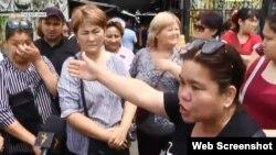 Торговцы рынка «Саяхат» в Алматы выступают против его закрытия. 21 июня 2018 года.