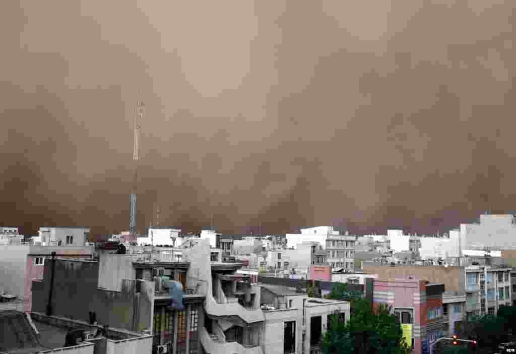 A sandstorm engulfs the the Iranian capital, Tehran, on June 2. (epa)