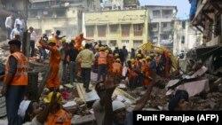 Құтқарушылар опырылып қираған ғимарат астынан тірі қалған адамдарды іздеп жатыр. Мумбай, Үндістан, 31 тамыз 2017 жыл.