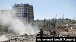 1-июлдагы Кабулдагы Коргоо министрлигине таандык имараттын жанындагы жардыруудан кийинки көрүнүш.