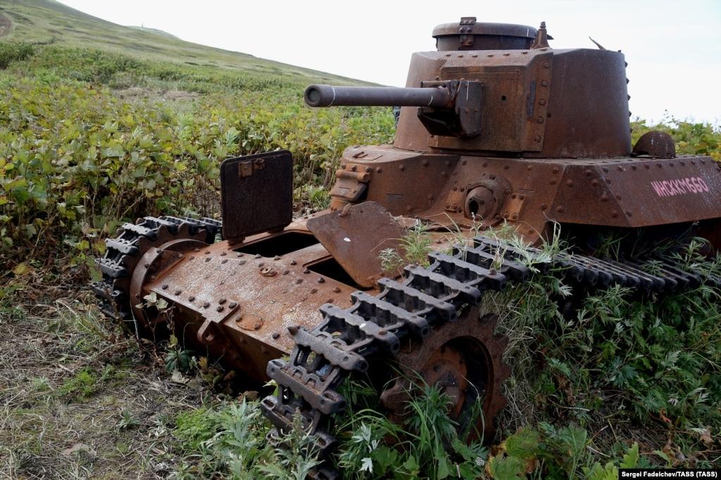 Një tanke japoneze duke u ndryshkur në një nga ishujt jugor të Kuriles. Pasi humbën rreth 20 milion qytetar sovietik në luftën e dytë botërore, ideja për ti rikthyer tokat një aleatit të Gjermanisë naziste ishte e pamundur për shumicën e rusëve.