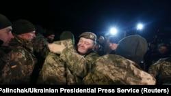 Президент Украины Пётр Порошенко приветствует украинских граждан, освобожденных сепаратистами