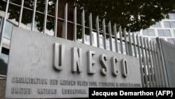 Логотип ЮНЕСКО у входа в штаб-квартиру организации в Париже.