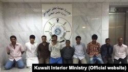 در تصویر منتشر شده توسط وزارت کشور کویت، ۹ تن از ۱۰ ایرانی بازداشت شده به چشم میخورند.
