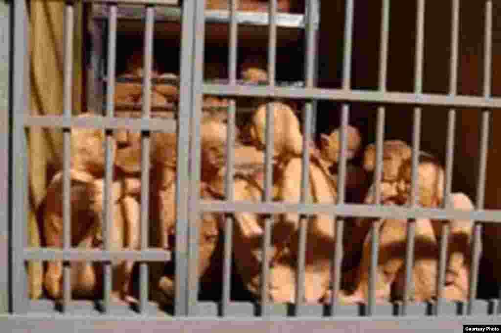 این ماکت ها اثر سودابه اردوان است از کتاب او به نام « یادنگاره های زندان» ، این نقاش در دهه ۶۰ خورشیدی، هشت سال در زندان بود