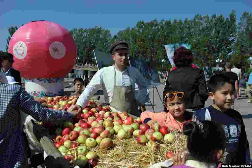 Ярмарка-продажа яблок с телеги.