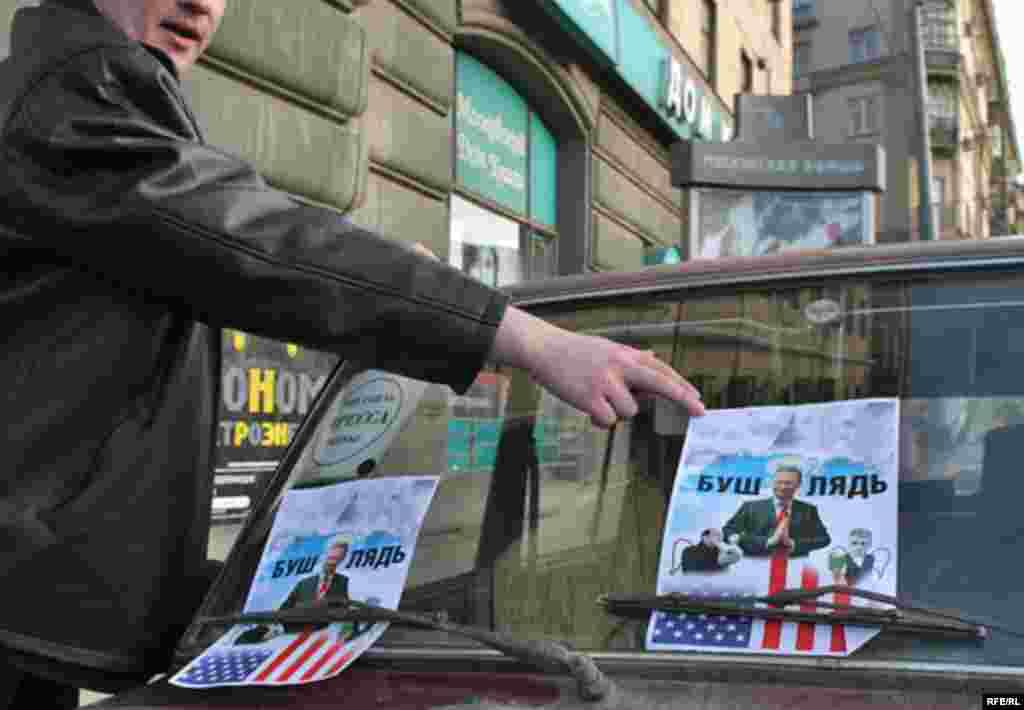 Листовки с оскорблениями в адрес представителей оппозиции и президента США наводняют Садовое кольцо в районе пресс-центра.