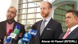 السفير السويدي في العراق يورغن لندستروم (وسط) يتحدث في مؤتمر صحفي بالنجف