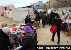 Вещевой рынок в 22-м микрорайоне города Актау. 27 декабря 2011 года.