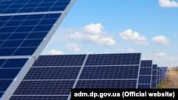 25 квітня Рада ухвалилазаконопроект про «зелений тариф»разом із правкою, яка передбачає, що домашні сонячні електростанції можуть розміщувати сонячні панелі тільки на дахах та фасадах будівель