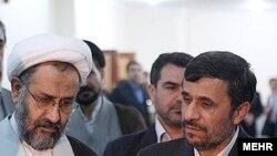حیدر مصلحی، وزیر اطلاعات (چپ) و محمود احمدینژاد، رئیسجمهور.