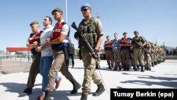 Турецькі військові супроводжують солдатів, арештованих у справі про причетність до спроби перевороту, до суду в Анкарі, Туреччина, 1 серпня 2017 року