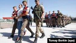 Թուրքիա - Ձերբակալված զինվորականներին ուղեկցում են դատարան, օգոստոս, 2017թ․