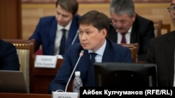 Бывший премьер-министр Сапар Исаков в парламенте. Архивное фото.