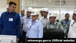 Андрей Черезов (на переднем плане в каске) посетил строящиеся ТЭС в Крыму, 20 июня 2018 года