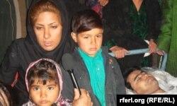 Иранда дарға асылған марқұмның денесі үйіне жеткізілген. Әйелі мен балалары қасында тұр. Ауғанстан, Тахар ауданы, 24 ақпан 2013 жыл.