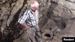 Один із археологів (Левон Петросян) на місці знахідки