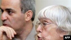 Людмила Алексеева (справа) обеспокоена наметившейся переориентацией неполитического Гражданского конгресса