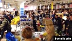 Ռուսաստան - Ռուբլու աննախադեպ արժեզրկման պատճառով մոսկվացիները հեղեղել են խանութները՝ ցանկանալով գնումների միջոցով փրկել իրենց գումարները, 16-ը դեկտեմբերի, 2014թ․