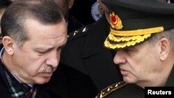 Premierul Recep Tayyip Erdogan cu șeful Marelui Stat Major la Ankara, în februarie 2010