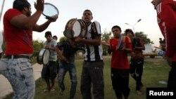 """مجموعة من شبّان يغنون في حدائق """"أبو نؤاس"""" ببغداد"""