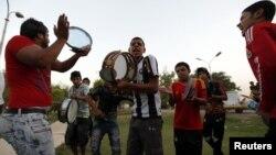"""شبّان يغنون في حدائق """"أبو نؤاس"""""""