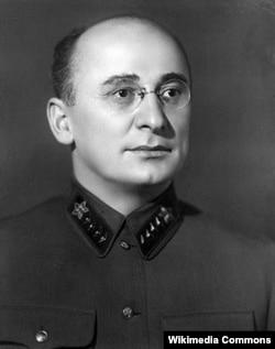 Лаврентій Берія (1899–1953) – радянський державний і політичний діяч. Голова НКВС (1938–1945), член ЦК ВКП(б) (1934 –1953). Входив у найближче оточення Сталіна