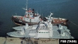 Три раніше захоплені росіянами українські кораблі перед поверненням в порту окупованої Керчі, 18 листопада 2019 року