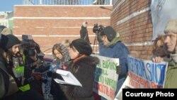 Активисты пикетируют посольство Германии в Киеве с требованием введения санкций в отношении украинских властей, 24 января 2014