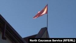 Над офисом коммунистов гордо реет флаг СССР