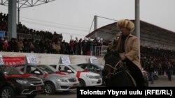 """Ат үстүндө """"Манас"""" айткандардын бири. 21-февраль, 2016-жыл. Кызыл-Суу."""
