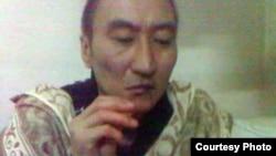 Заключенный Шалкар Уразалин зашивает себе рот в знак протеста. Кадр с видеозаписи. Алматы, 27 октября 2011 года.